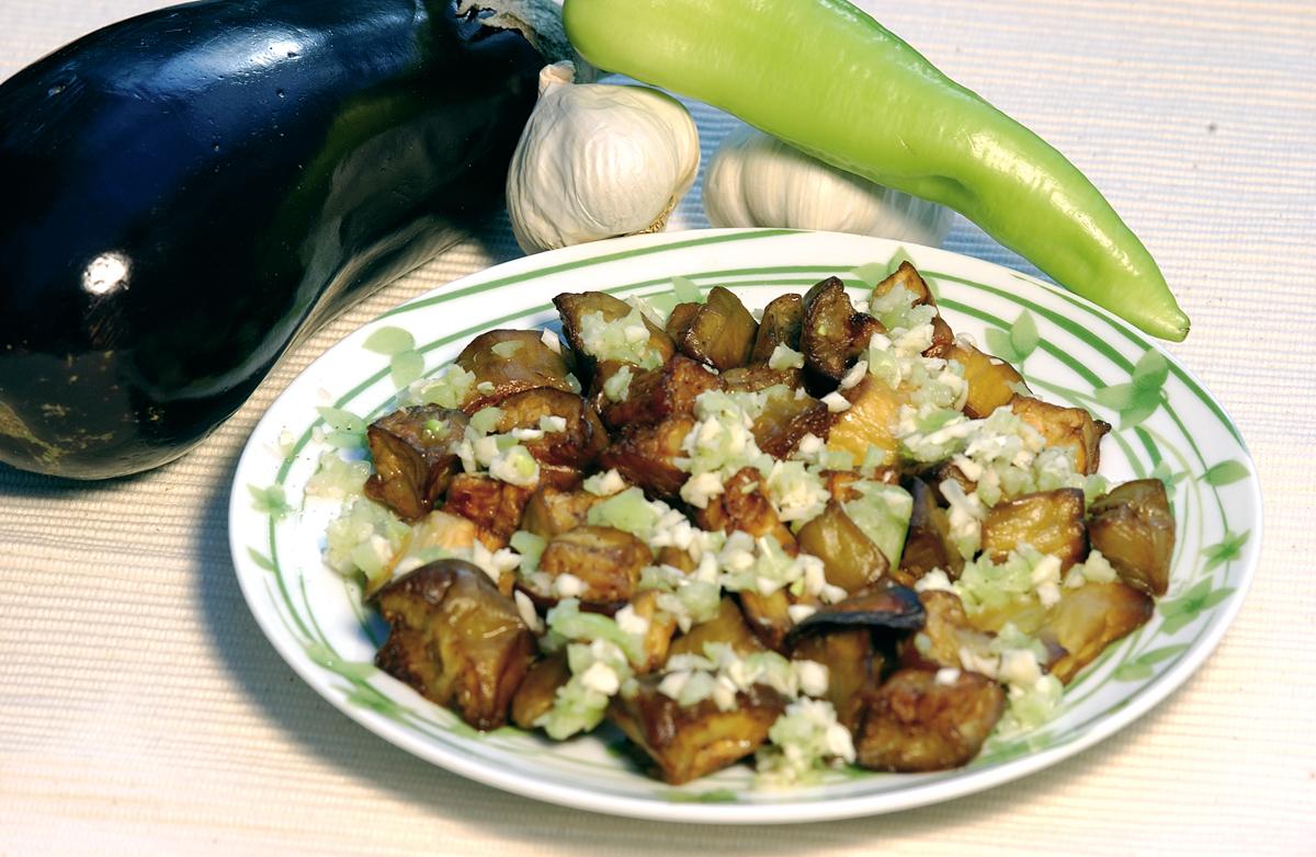 Fokhagymás ecetes padlizsán saláta